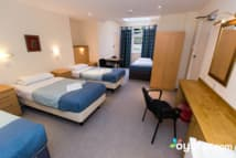 Pickwick Hall Hostel - Quad-bedroom with ensuite bathroom